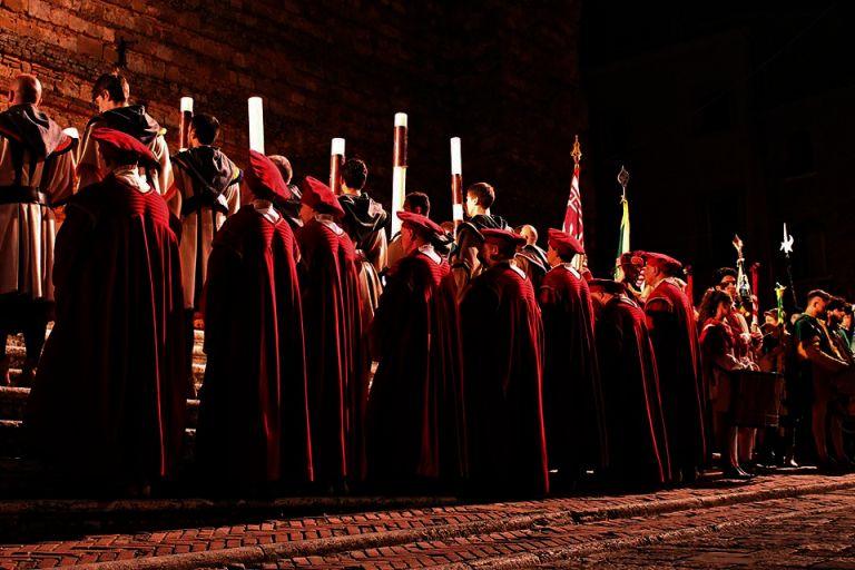 Bravìo 2015, le luci del Corteo dei Ceri illuminano Montepulciano