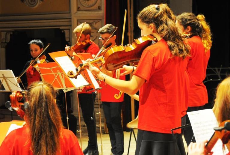 Spettacolo di Alessandro Zazzaretta che recita brani di Molière Musiche dei  Giovani Archi Poliziani diretti da Katie Bruni   54ad70cb6f3