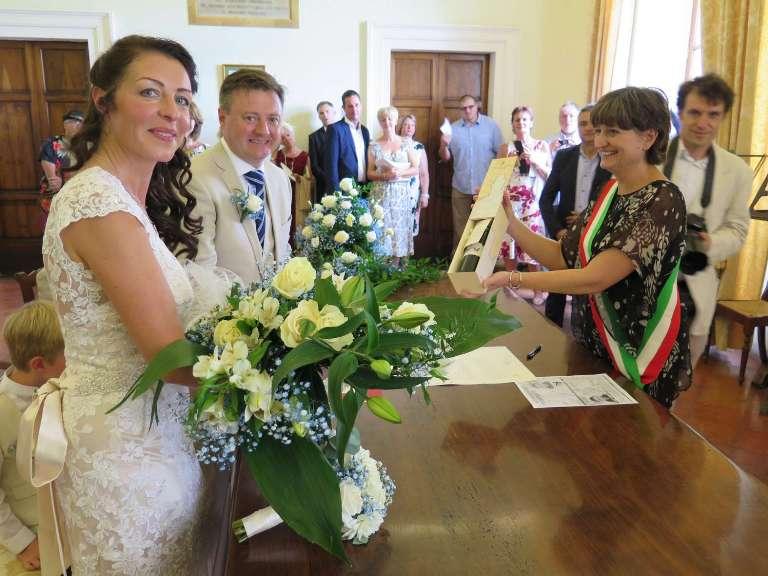 Matrimoni Civili Toscana : Una bottiglia di vino nobile personalizzata per i