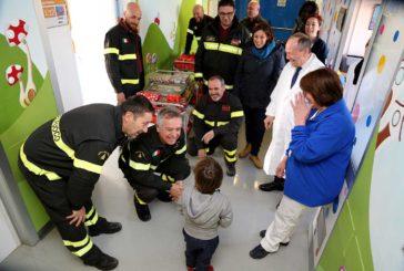 Pompieri al materno-infantile per la Befana