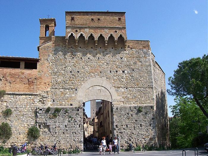 San Gimignano: porta San Giovanni si illumina di blu - Il Cittadino on line