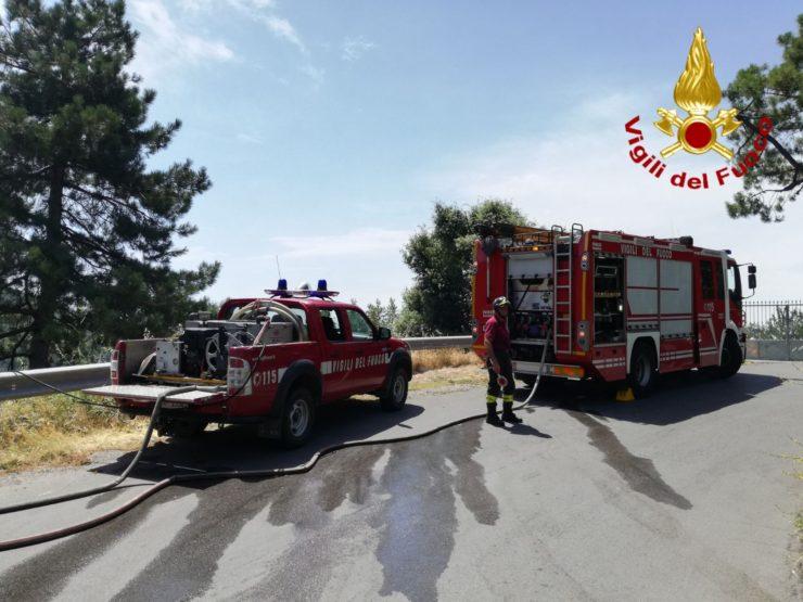 Incendio accanto ai poderi, otto evacuati