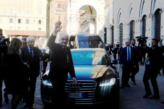 Applausi in piazza del Campo per il presidente Mattarella