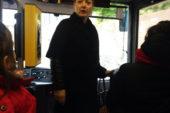 L'assessore Tarquini con i bambini dello scuolabus
