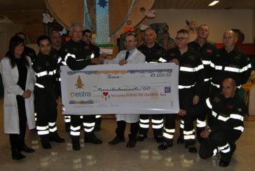 I Pompieri donano 3200 euro alla Pediatria