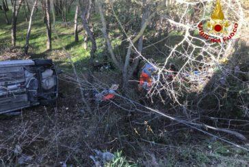 Auto fuori strada: due feriti estratti dai Vigili del fuoco