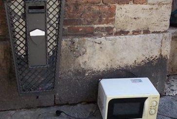 Inciviltà: forno a microonde abbandonato in piazza Duomo