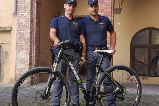 Insegue il ladro della sua bici e chiama la Polizia
