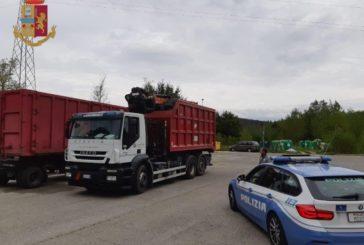 Trasporta 3 tonnellate di rifiuti senza coprirli: fermato dalla Polstrada