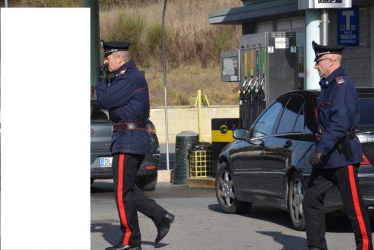 """Fa il pieno gratis ma i Carabinieri lo """"cuccano"""""""