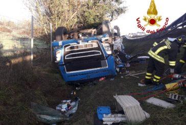 Autotreno si ribalta nella scarpata in A1: intervengono i Vigili del fuoco