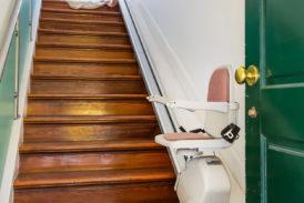 Un aiuto per salire le scale: il servoscala adatto a tutti