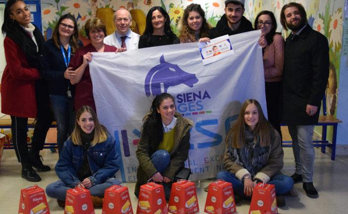 Gli studenti Erasmus donano panettoni ai bimbi delle Scotte
