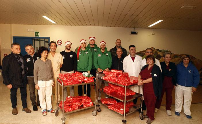 Sorpresa di Natale alle Scotte, Mens Sana Basket 1871 porta i doni ai bambini