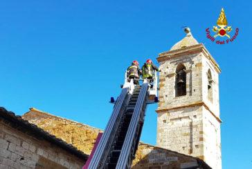 I Vigili del fuoco rimuovono la sfera del campanile a Trequanda