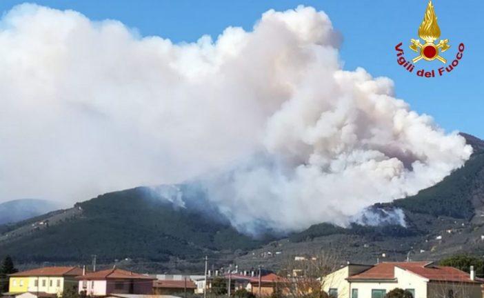 Nuovo incendio sul monte Serra: evacuate 10 famiglie