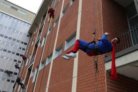 I Supereroi di Ediliziacrobatica portano sorrisi alle Scotte