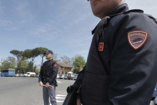 Ubriaco cerca di sottrarre la pistola ad un poliziotto: arrestato