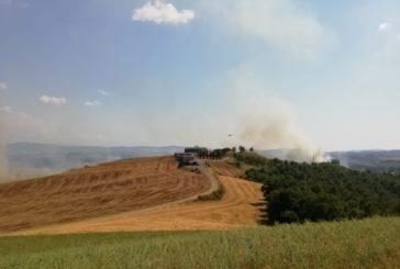 Incendio di sterpaglie a Monteroni: in azione anche l'elicotterro Drago