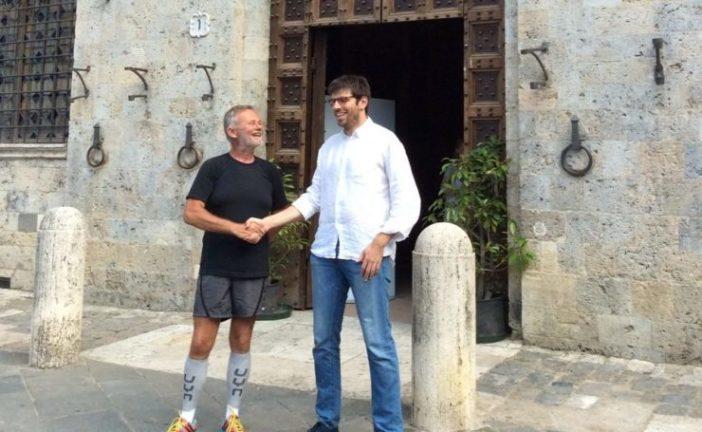 Il vicesindaco Corsi incontra Fattori, il tedoforo che percorre la Francigena