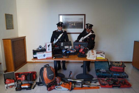Fuga nella notte con il bottino ma i Carabinieri li inseguono e li arrestano