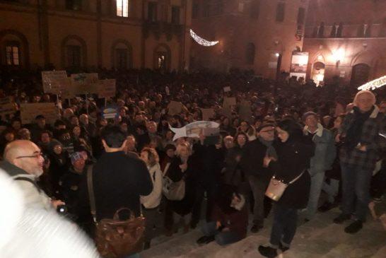 """Con lo slogan """"Siena si s-lega"""" oltre 1500 sardine si ritrovano in piazza Duomo"""