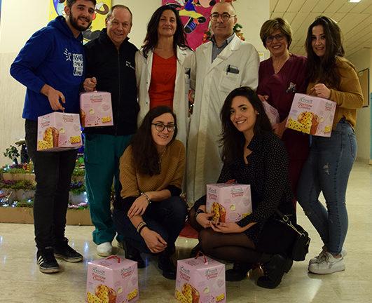 Gli studenti Erasmus di Siena donano panettoni ai piccoli pazienti delle Scotte