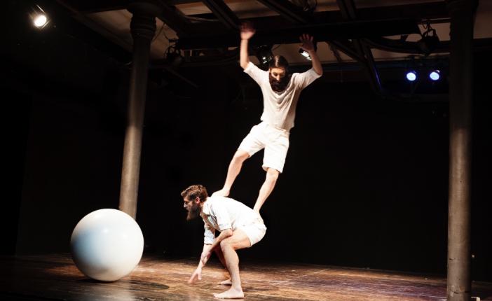 Un poetico spettacolo per bambini porta a Sinalunga la magia di Bruno Munari
