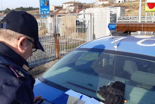 Sorpassa in curva una colonna di auto. Patente ritirata e multa da 300 euro