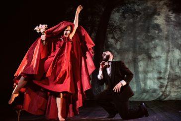 Un Cappuccetto Rosso visionario sul palco del Teatro Mascagni