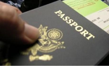 Chiede il rinnovo del permesso di soggiorno con un passaporto falso ...