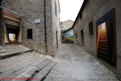 La terra di Chiusdino dipinta sta appesa alla finestra fino a settembre