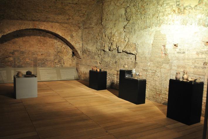 Le ceramiche ritrovate al Santa Maria della Scala esposte al pubblico