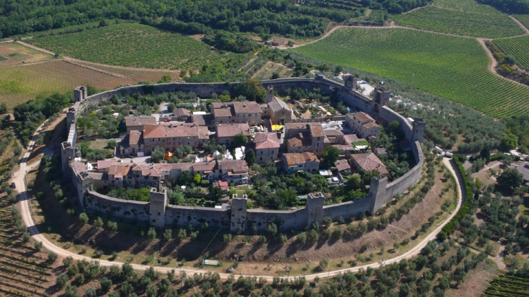 Un'area camper ai piedi del castello di Monteriggioni