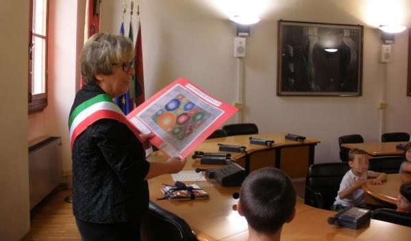 I bambini della scuola di Luco dal sindaco